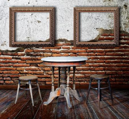 額縁と不潔な部屋の家具 写真素材
