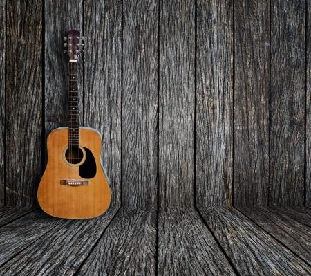 ヴィンテージの木製部屋でギター 写真素材