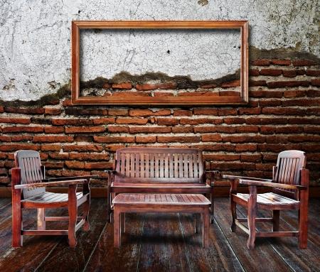 muebles antiguos: Marco de fotos y muebles en la sala de grunge