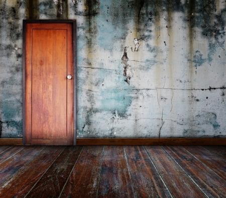 puertas de madera: Puerta en la habitaci�n de grunge Foto de archivo