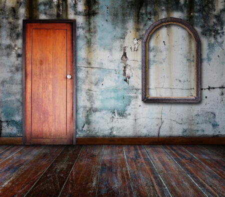 puertas viejas: Marco de fotos poner en la pared en el cuarto de grunge Foto de archivo