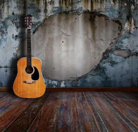 gitarre: Gitarre im Grunge-Zimmer Lizenzfreie Bilder
