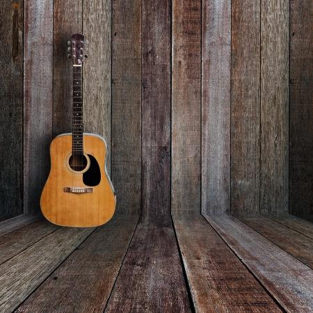 guitarra acustica: Guitarra en la habitaci�n de madera vintage. Foto de archivo