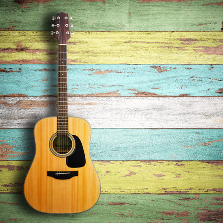 guitarra: Guitarra en el fondo de madera. Foto de archivo