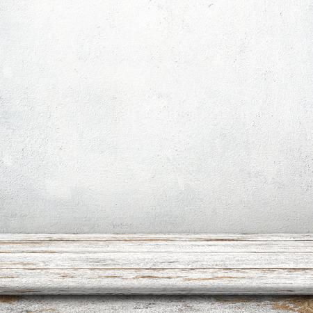 blanco: Mesa de madera de la vendimia en el sitio blanco de la pared de cemento.