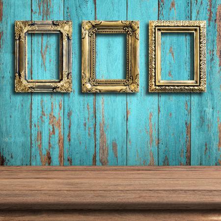 Alte Bilderrahmen auf Vintage-Holz-Mauer. Standard-Bild - 40008474