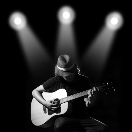 artistas: Hombre tocando la guitarra. Foto blanco y negro Foto de archivo