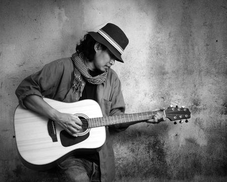 gitara: Człowiek gra na gitarze. Czarno-białe zdjęcie Zdjęcie Seryjne
