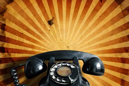 Teléfono viejo en el fondo de papel de la vendimia.