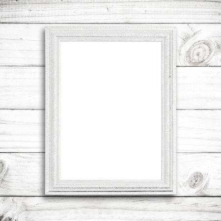 marco madera: marco de imagen en blanco en la pared de madera blanca.