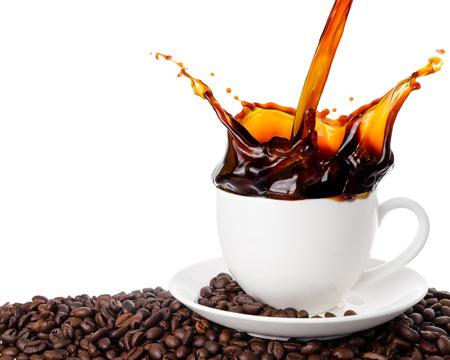Verter el café en una taza con salpicaduras aisladas sobre fondo blanco.