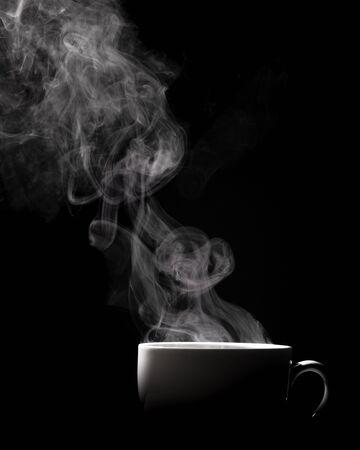 Dampfender Kaffee in der Schale lokalisiert auf schwarzem Hintergrund mit Kopienraum.