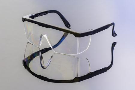 Schutzbrille auf relection mit dunklen Ground