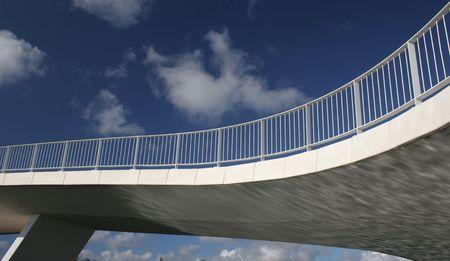 moderne br�cke: Moderne Br�cke auf blauer Himmel Hintergrund