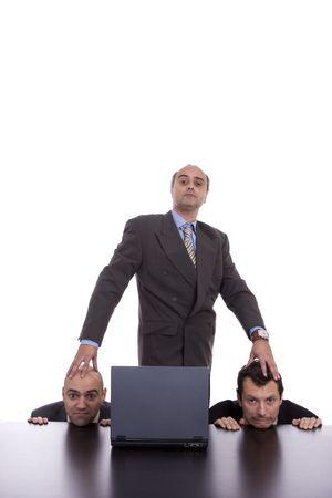 tiran: Concept van een slechte baas en zijn team, geïsoleerd op witte achtergrond