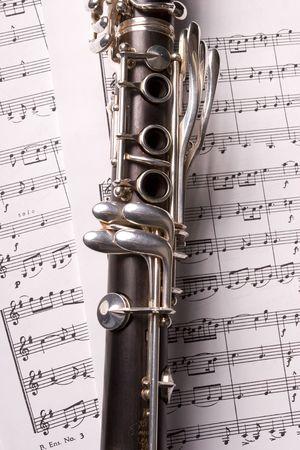 clarinete: Fotograf�a de un clarinete aislado sobre m�sica de hoja Foto de archivo