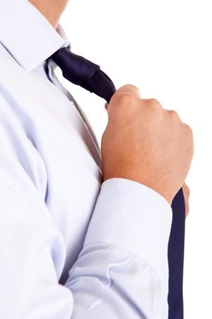 collarin: Hombre de negocios que se fijan la corbata, aislado más de blanco