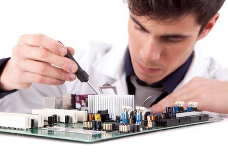 electricista: Ingeniero en Inform�tica, aislado sobre fondo blanco Foto de archivo