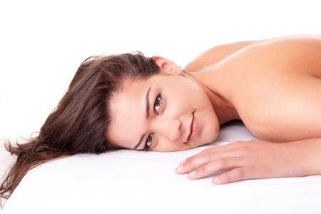 strandlaken: Mooie jonge vrouw het ontvangen van een massage