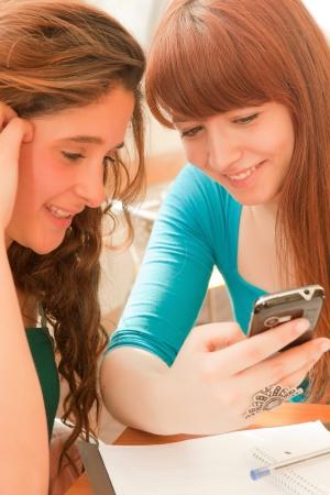 Las chicas jóvenes estudiando en la explanada Foto de archivo - 14326403