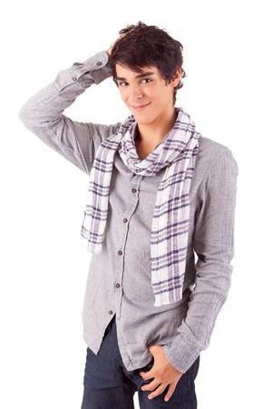 beau jeune homme: Jeune homme occasionnel posant isolé sur blanc
