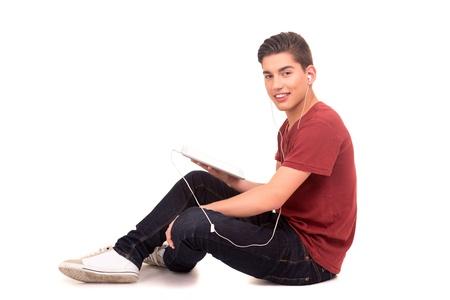 새로운 디지털 태블릿 컴퓨터를 사용하는 젊은 행복 학생