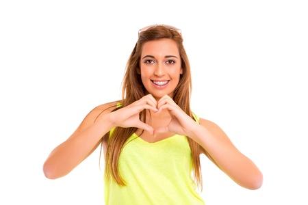 corazon en la mano: Hermosa adolescente haciendo una forma de coraz�n con sus manos, aisladas sobre fondo blanco