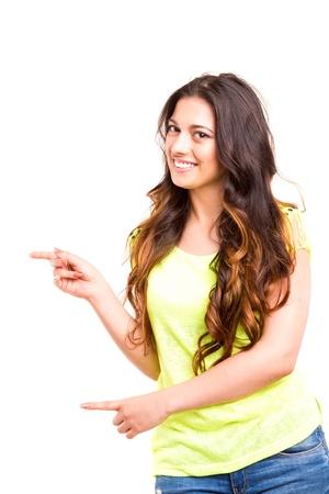 American Indian: Mujer hermosa joven que presenta su producto, aislado sobre fondo blanco