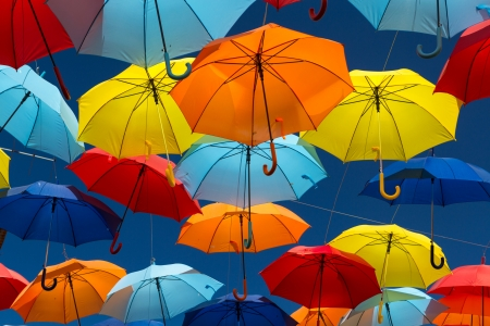 Agueda, 포르투갈의 도시에서 하늘 색칠하는 우산을 많이