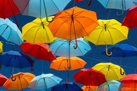 Veel paraplu's inkleuren van de hemel in de stad Agueda, Portugal Stockfoto