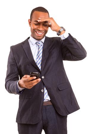 電話の若いアフリカ ビジネス男