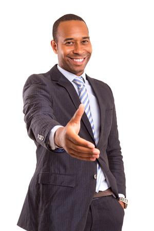 ハンドシェイクは、白い背景で隔離を提供するアフリカのビジネス人