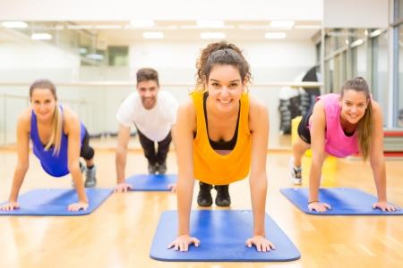 salud y deporte: Grupo de amigos de trabajo en el gimnasio Foto de archivo