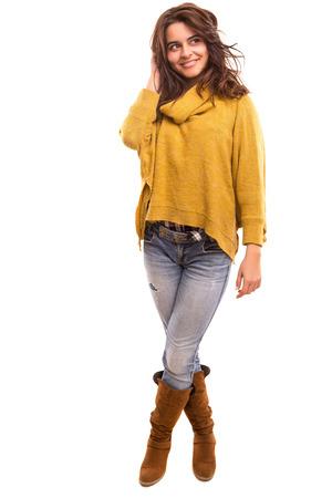 ropa de invierno: Una joven y bella mujer vestida con ropa de invierno
