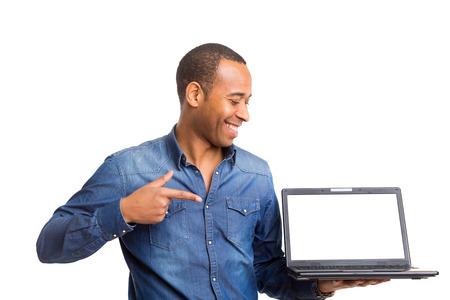 고 laptopcomputer에있는 당신의 제품을 제시하는 아프리카 비즈니스 사람 스톡 콘텐츠