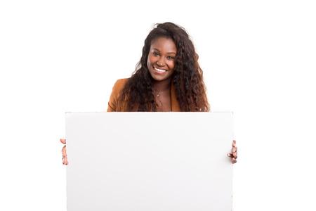 白い背景に分離された、お客様の製品を提示若い美しいアフリカ女性
