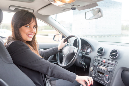 비즈니스 여자 그녀의 새로운 스포츠카를 운전
