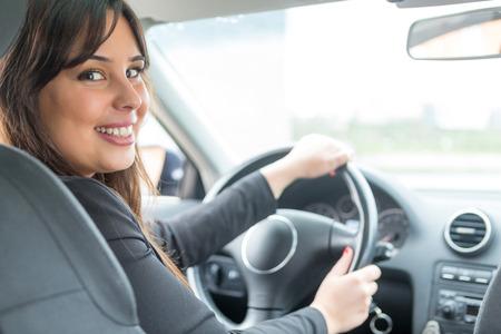 chofer: Mujer de negocios que conduce su nuevo coche deportivo