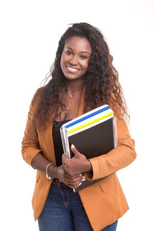 美しいアフリカ学生女性が白い背景で隔離されたポーズ