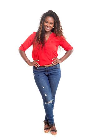 아름 다운 젊은 흑인 여자는 흰색 통해 격리 된 포즈