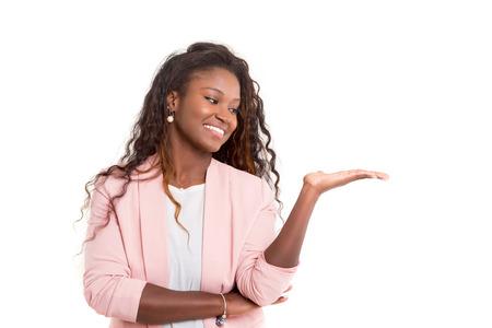 아름 다운 젊은 흑인 여성 흰색 배경 위에 절연 제품을 제시 스톡 콘텐츠