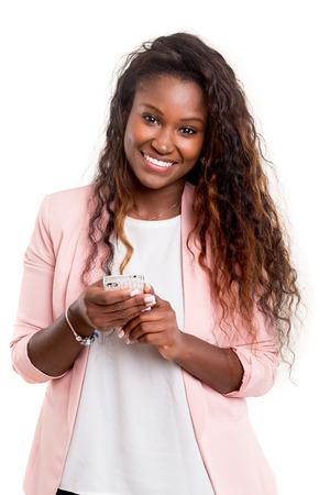 若いアフリカ女性彼女のスマート フォンの sms を送信します。