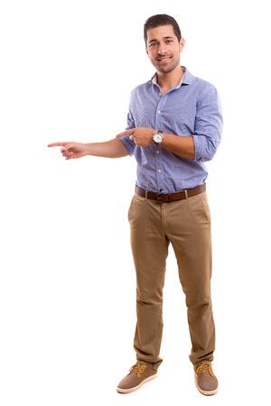 Hombre joven que presenta su producto, aislado sobre un fondo blanco Foto de archivo - 45679565