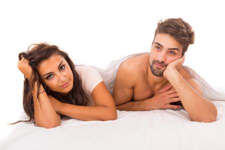 young couple sex: Молодые депрессии пара в постели - Daylife проблемы концепция