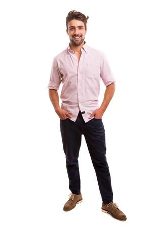 bel homme: Studio photo d'un homme jeune et beau posant isol�