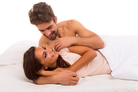 man and woman sex: Красивая молодая страстная пара в постели