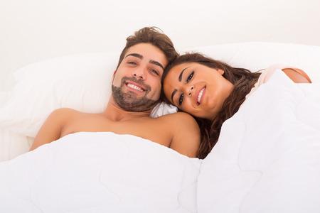 sexo pareja joven: Una bella pareja apasionada joven en la cama