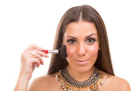 mujer maquillandose: Joven y bella mujer de aplicar el maquillaje