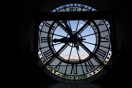 sacre coeur: Horloge au Musée d'Orsay à Paris France. À l'arrière, nous voyons la basilique du Sacré Coeur à Montmartre