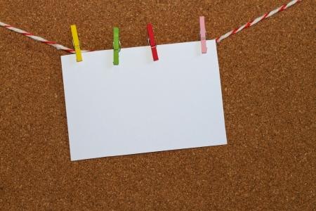 Blank note paper hängt an dem Holzbrett Standard-Bild - 14813326